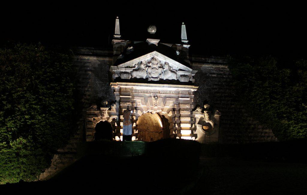 Danke einer Spende des LC erstrahlt das Portal der Festung in neuem Glanz